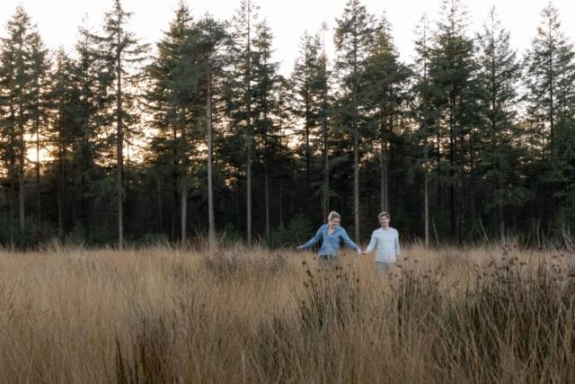 Marleen Verheul Fotografie - Loveshoot - Liefde in het bos met ondergaande zon