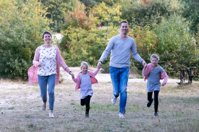 Marleen Verheul Fotografie, gezinsfotografie, gezin rent door het bos
