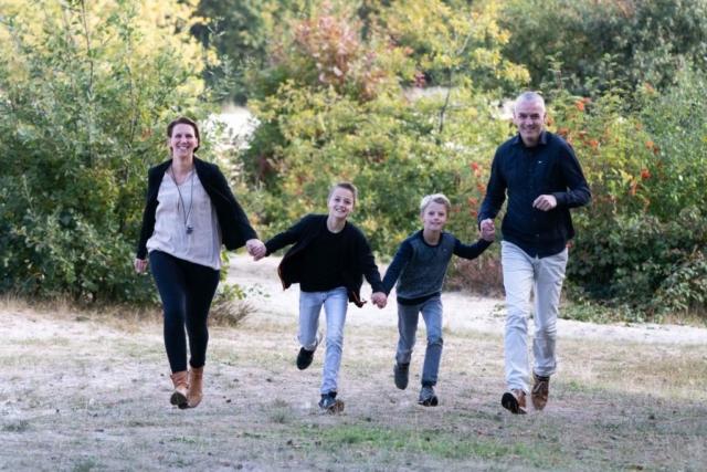Marleen Verheul Fotografie, gezinsfotografie, kinderfotografie, gezin rent door het bos