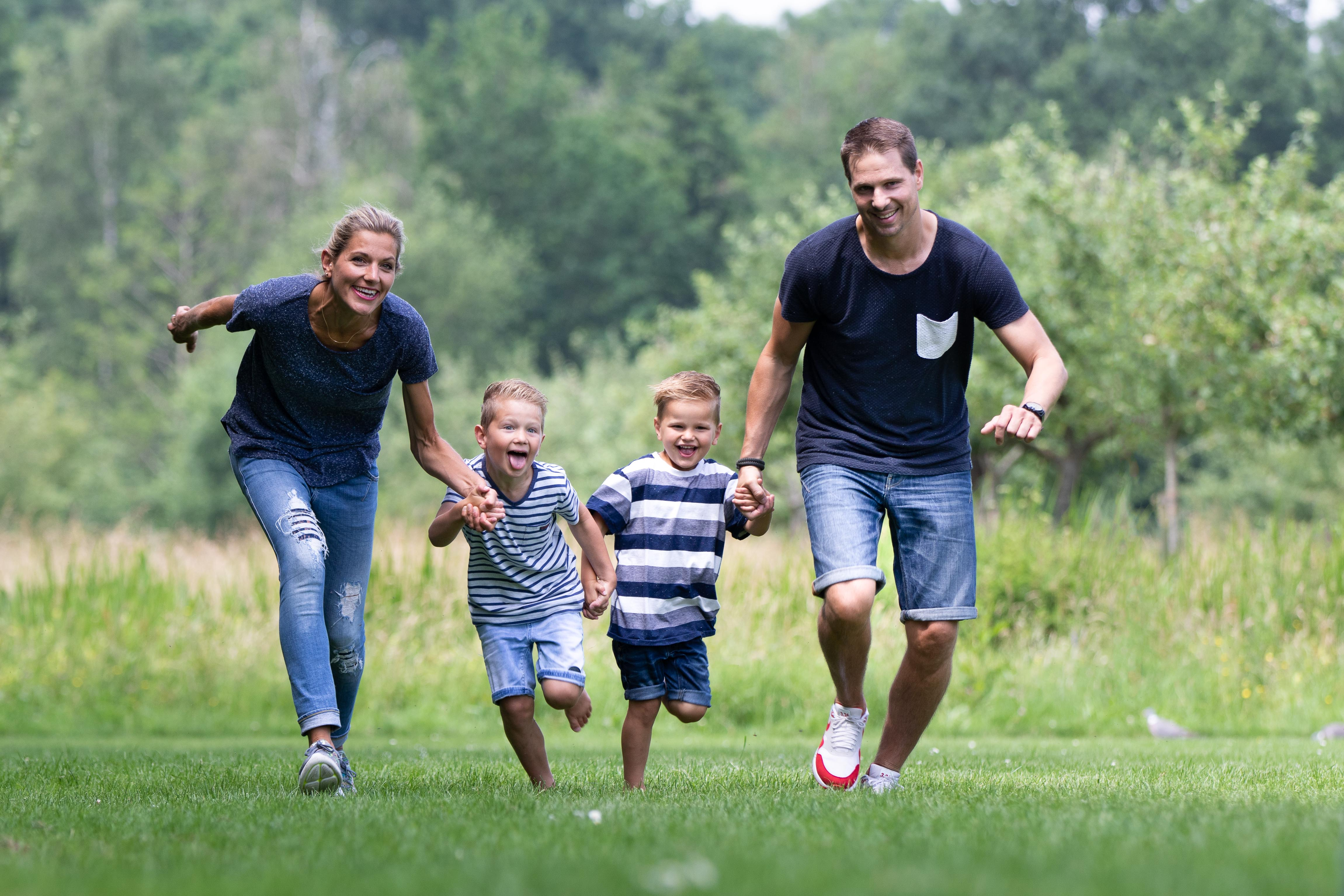 Marleen Verheul Fotografie, gezinsfotografie, kinderfotografie, gezin rent door het park