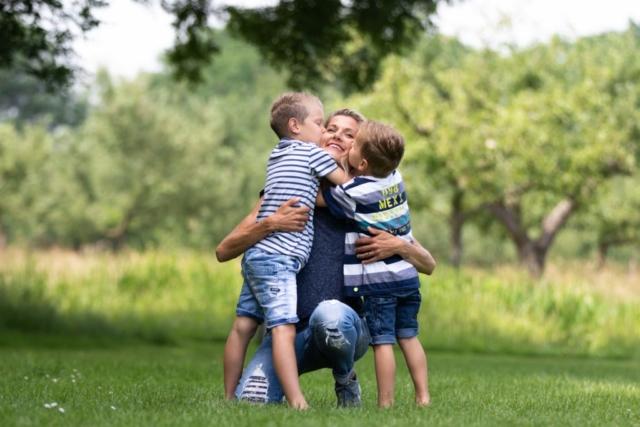 Marleen Verheul Fotografie, kinderfotografie, gezinsfotografie, moeder met twee zoons in het park