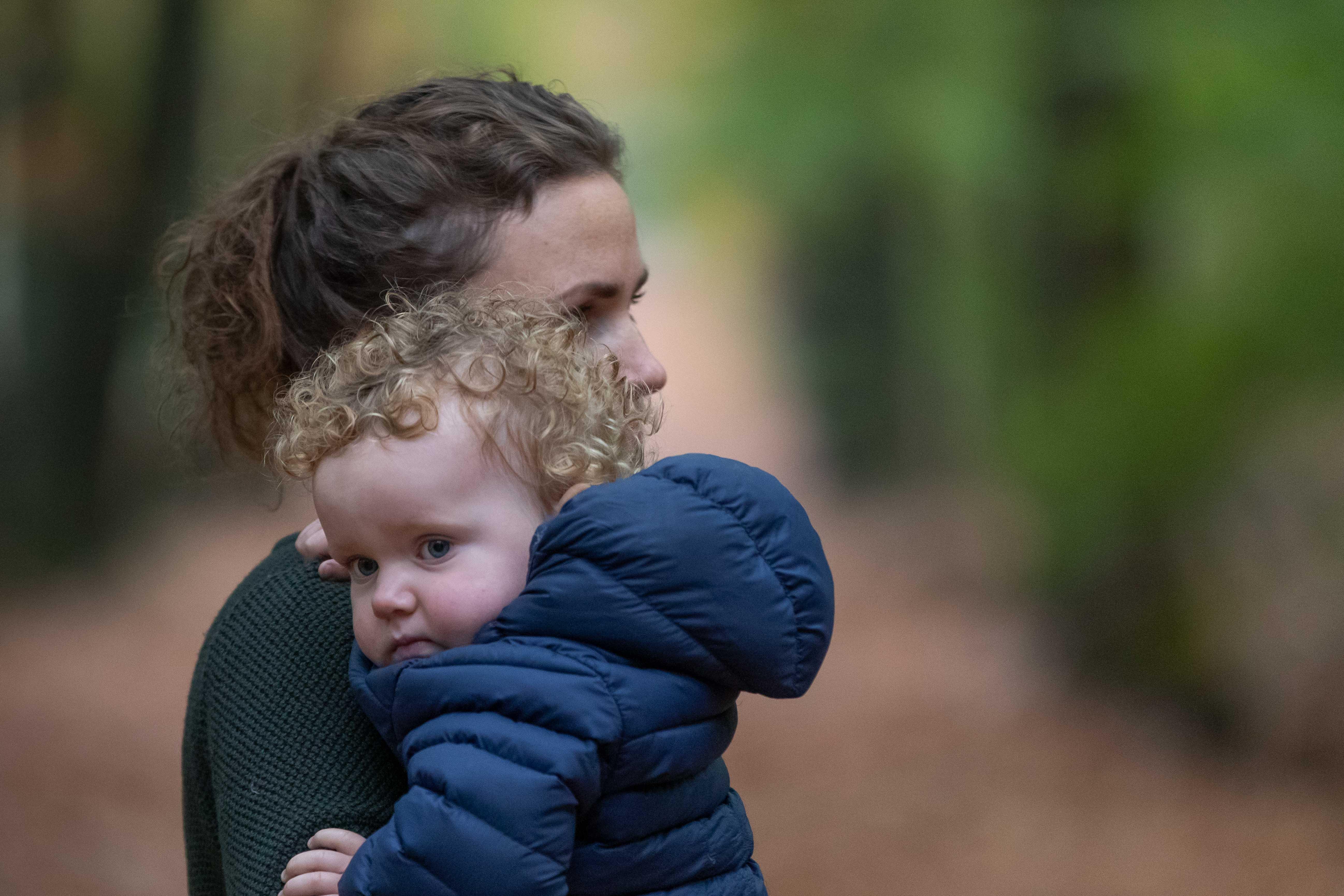 Marleen Verheul Fotografie, kinderfotografie, gezinsfotografie, moeder en zoon in het bos
