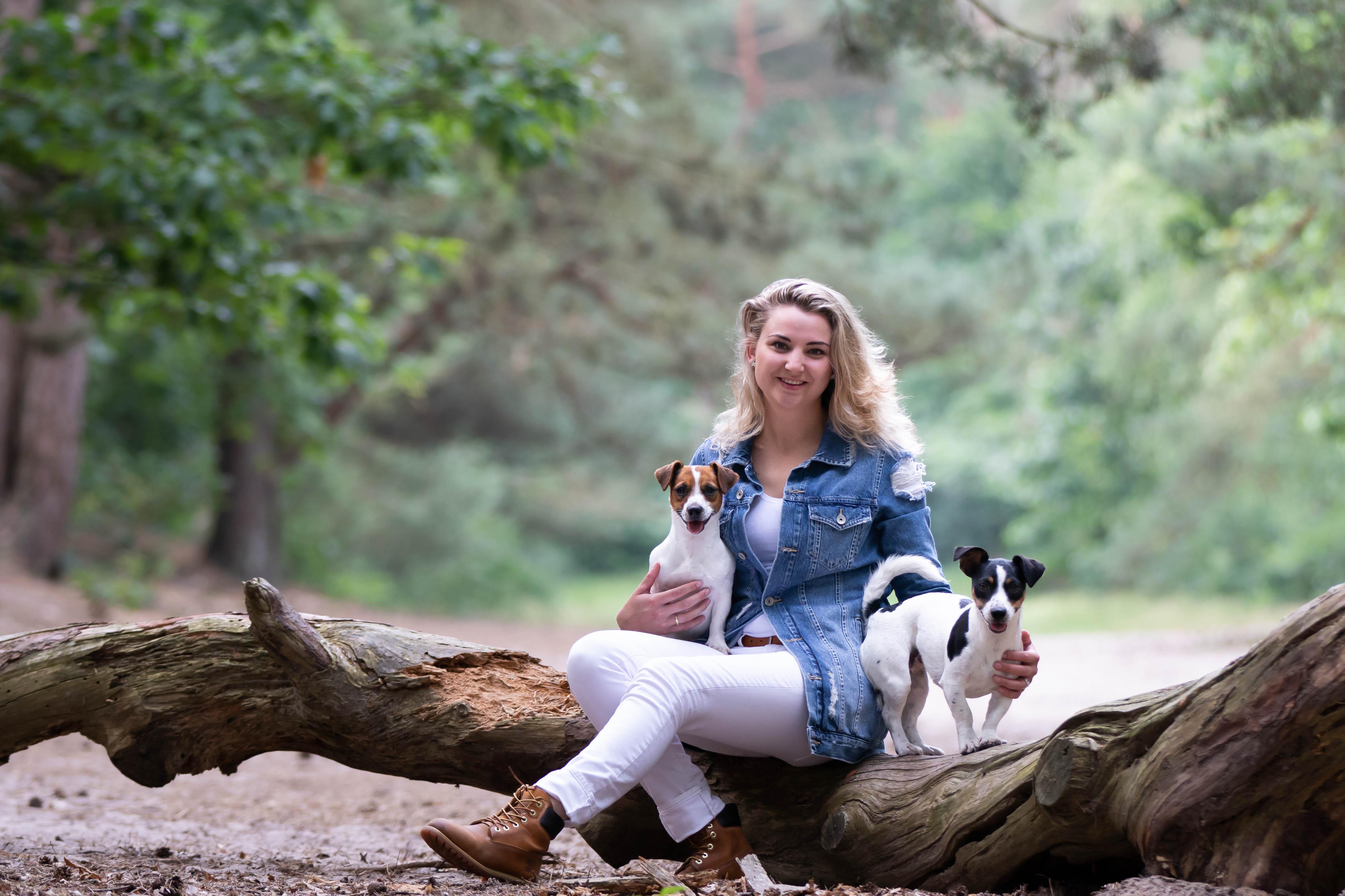 Marleen Verheul Fotografie, gezinsfotografie, hondenfotografie, baasje met honden in het bos
