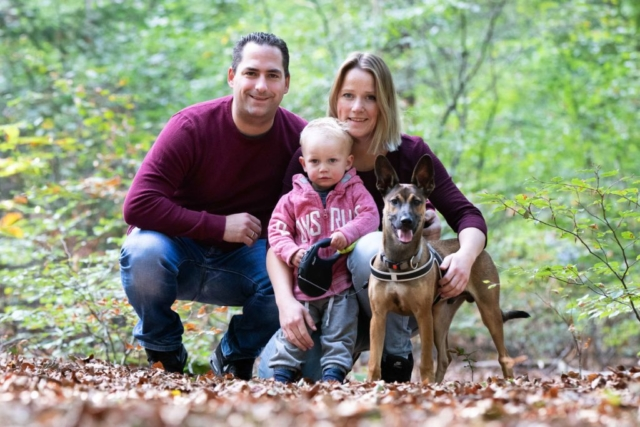 Marleen Verheul Fotografie, Gezinsfotografie, gezin met hond in het bos