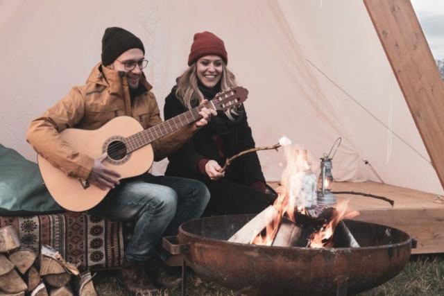 Marleen Verheul Fotografie, loveshoot, kampvuur, gitaar, marshmallow